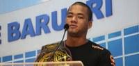 Lutador de MMA Gustavo dos Santos visita Câmara de Barueri