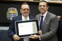Reinaldo presta homenagem a Roque de Oliveira